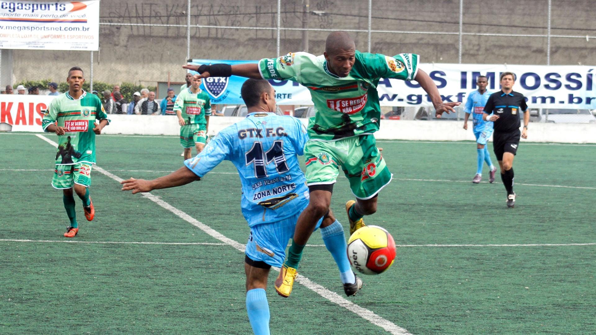 Jogador do Rio Verde disputa lance forte com meia do GTX (azul)