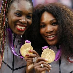 Irmãs Venus (e) e Serena Williams mostram as medalhas de ouro conquistadas na final de duplas