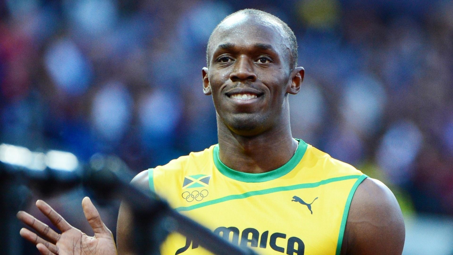 Jamaicano Usain Bolt sorri após vencer com folga a série semifinal dos 100 m rasos