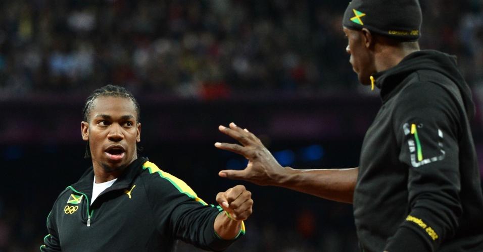 Jamaicanos Usain Bolt e Yohan Blake cumprimentam-se antes da final olímpica dos 100 m rasos