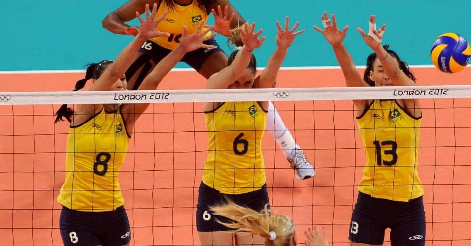 Jaqueline, Thaísa e Sheilla armam o bloqueio triplo da seleção brasileira contra atacante da Sérvia