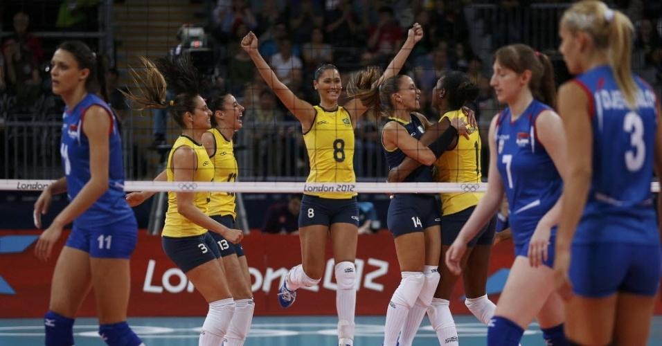 Jogadoras brasileiras comemoram vitória no primeiro set da partida contra a Sérvia