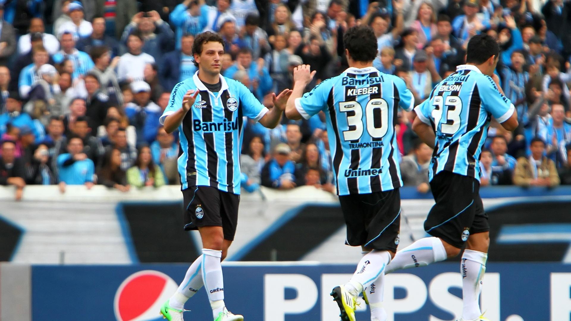 Jogadores do Grêmio comemoram gol de Elano