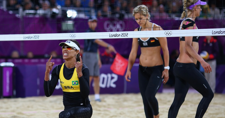 Juliana, parceira de Larissa, comemora ponto das brasileiras na vitória sobre dupla alemã