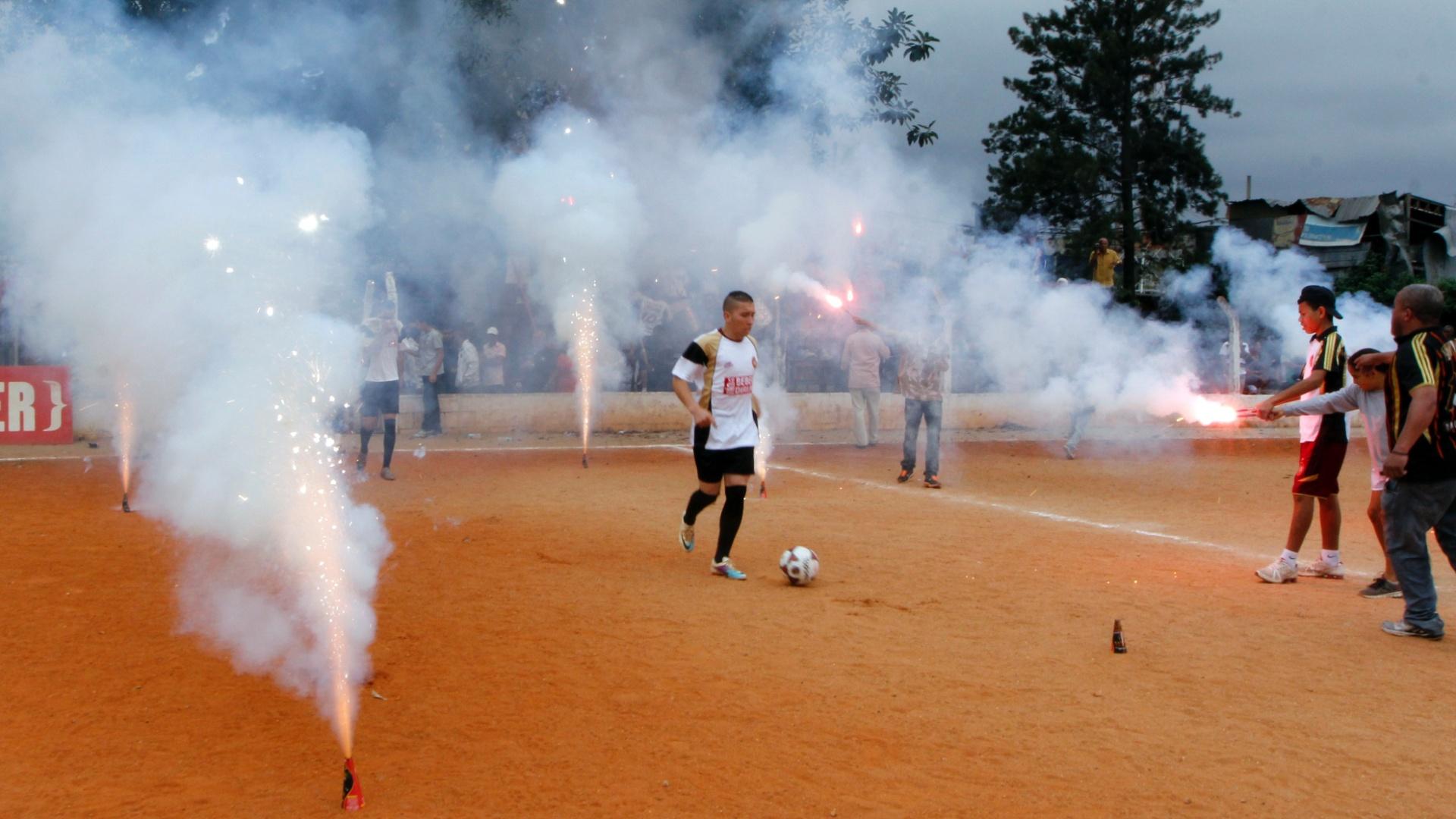 Crianças com camisas do Juventus apoiam o ime com fogos de artifício antes da partida contra o Jaçanã