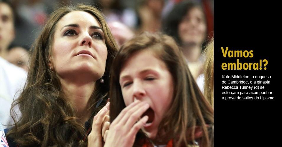 Kate Middleton, a duquesa de Cambridge, e a ginasta Rebecca Tunney (d) se esforçam para acompanhar a prova de saltos do hipismo