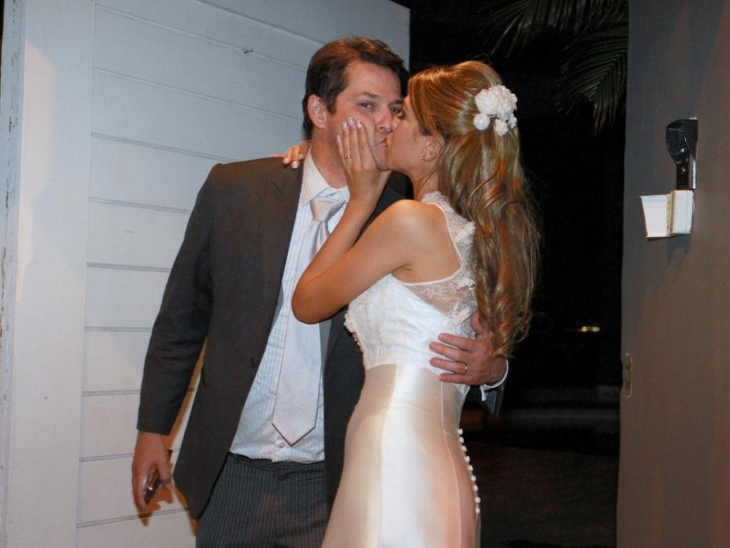 Marcelo Serrado ganha beijo da mulher Roberta Fernandes no hotel onde passam a lua de mel, no Rio de Janeiro (5/8/12)