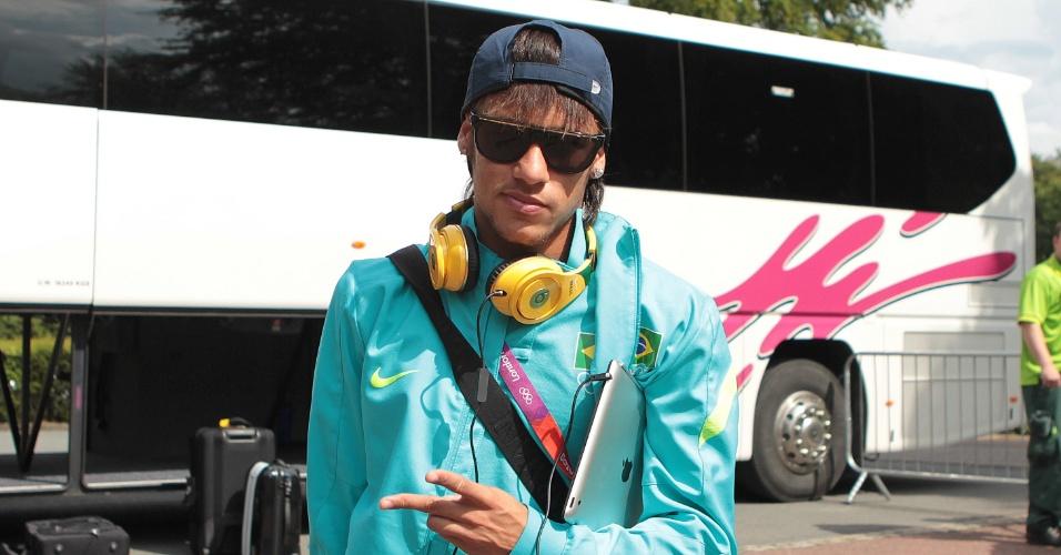 Neymar posa para foto durante a chegada da seleção brasileira em Manchester, local da partida semifinal contra a Coreia do Sul (05/08/2012)
