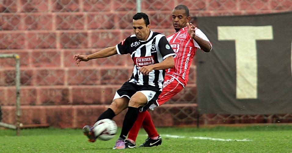 Partida entre Grêmio Botafogo (preto) e Tiradentes (vermelho) terminou com vitória do time da Vila Curuçá por 2 a 1