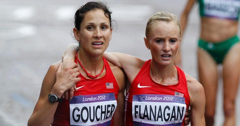 Norte-americana Kara Goucher ampara compatriota Shalane Flanagan ao final da maratona feminina