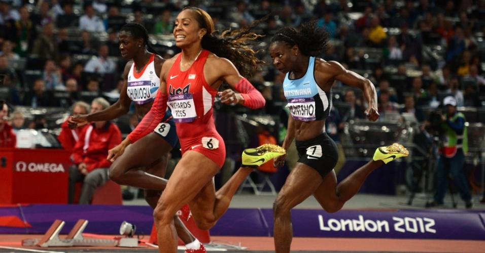 Norte-americana Sanya Richards-Ross cruza linha de chegada na final olímpica do 400m rasos