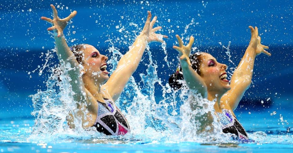 O dueto Lara Teixeira e Nayara Figueira fazem apresentação de rotina técnica no nado sincronizado em Londres