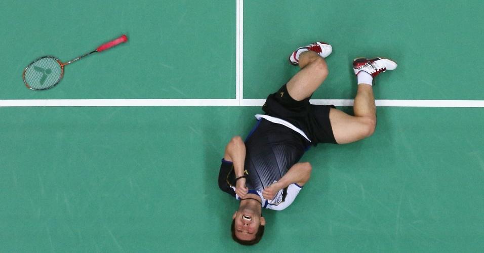 Os coreanos Yong Dae Lee e Jae Sung Chung (dir) caem no choro  após ganharem a medalha de bronze no badminton