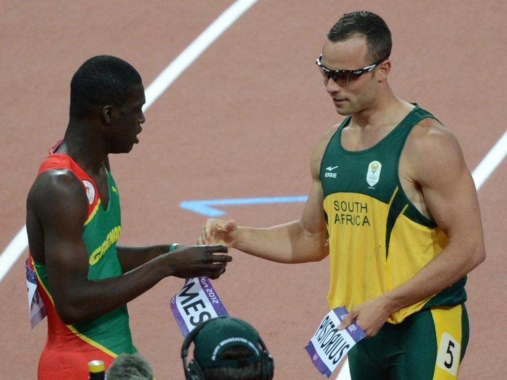 Oscar Pistorius troca adesivos de competição com o granadino Kirani James, depois de competir na semifinal dos 400 m