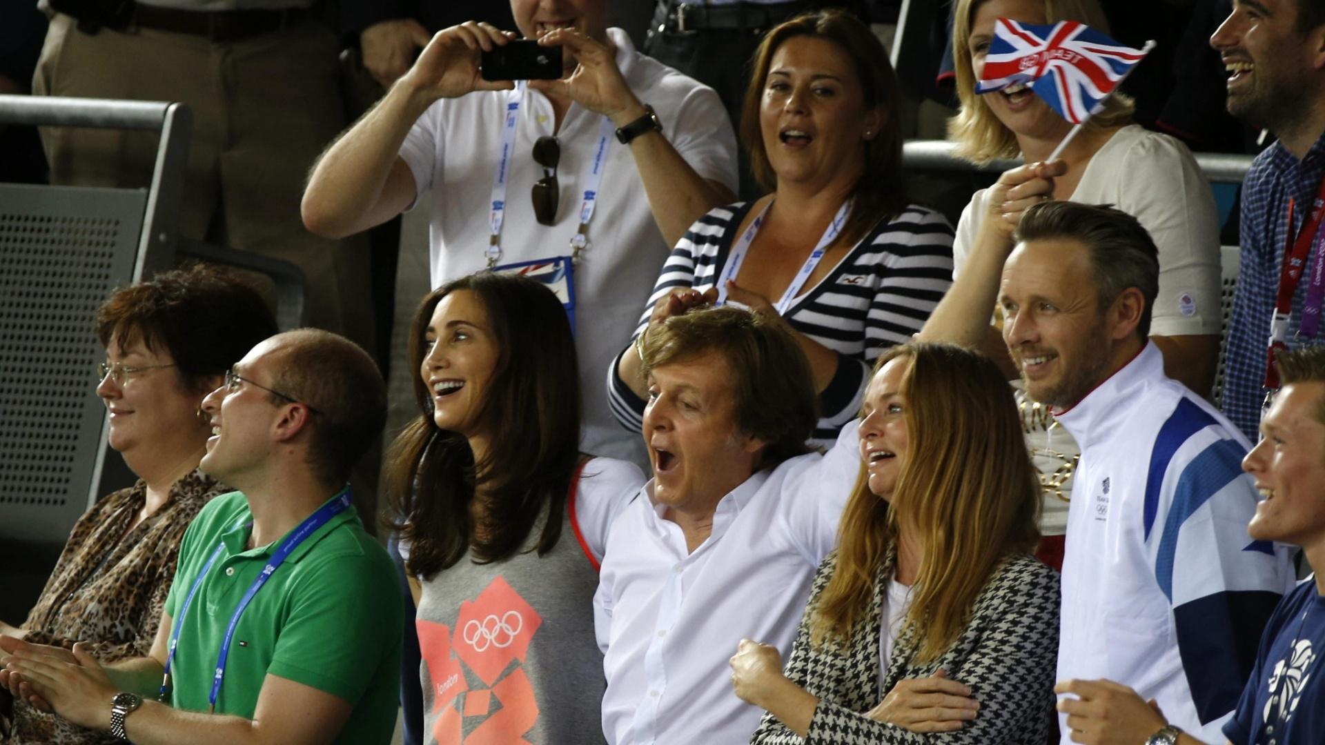 Paul McCartney comemora medalha de ouro do Reino Unido na prova por equipes femininas do cilcismo