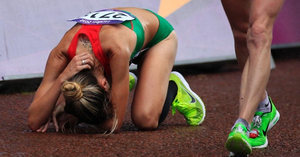 Portuguesa Jessica Augusto ajoelha-se depois de completar maratona feminina