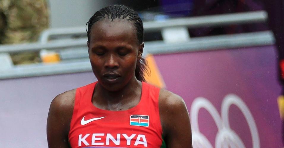 Queniana Priscah Jeptoo reza após chegar na segunda colocação da maratona feminina
