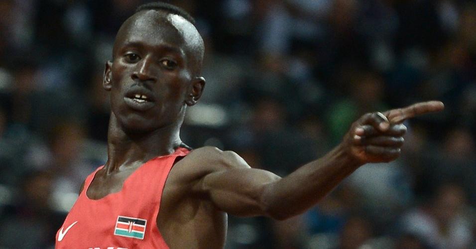 Queniano Ezekiel Kemboi comemora após vencer final olímpica dos 3.000m com obstáculos