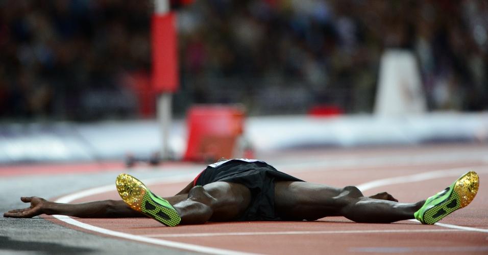 Queniano Ezekiel Kemboi desaba após vencer final olímpica dos 3.000m com obstáculos