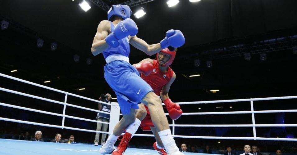 Robenílson de Jesus (de azul) luta contra o cubano Lazaro Alvarez Estrada pelas quartas de final da categoria peso-galo (05/08/2012)