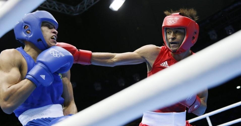 Robenílson de Jesus (e) leva soco do cubano Lazaro Alvarez Estrada em luta das quartas de final do peso-galo (05/08/2012)
