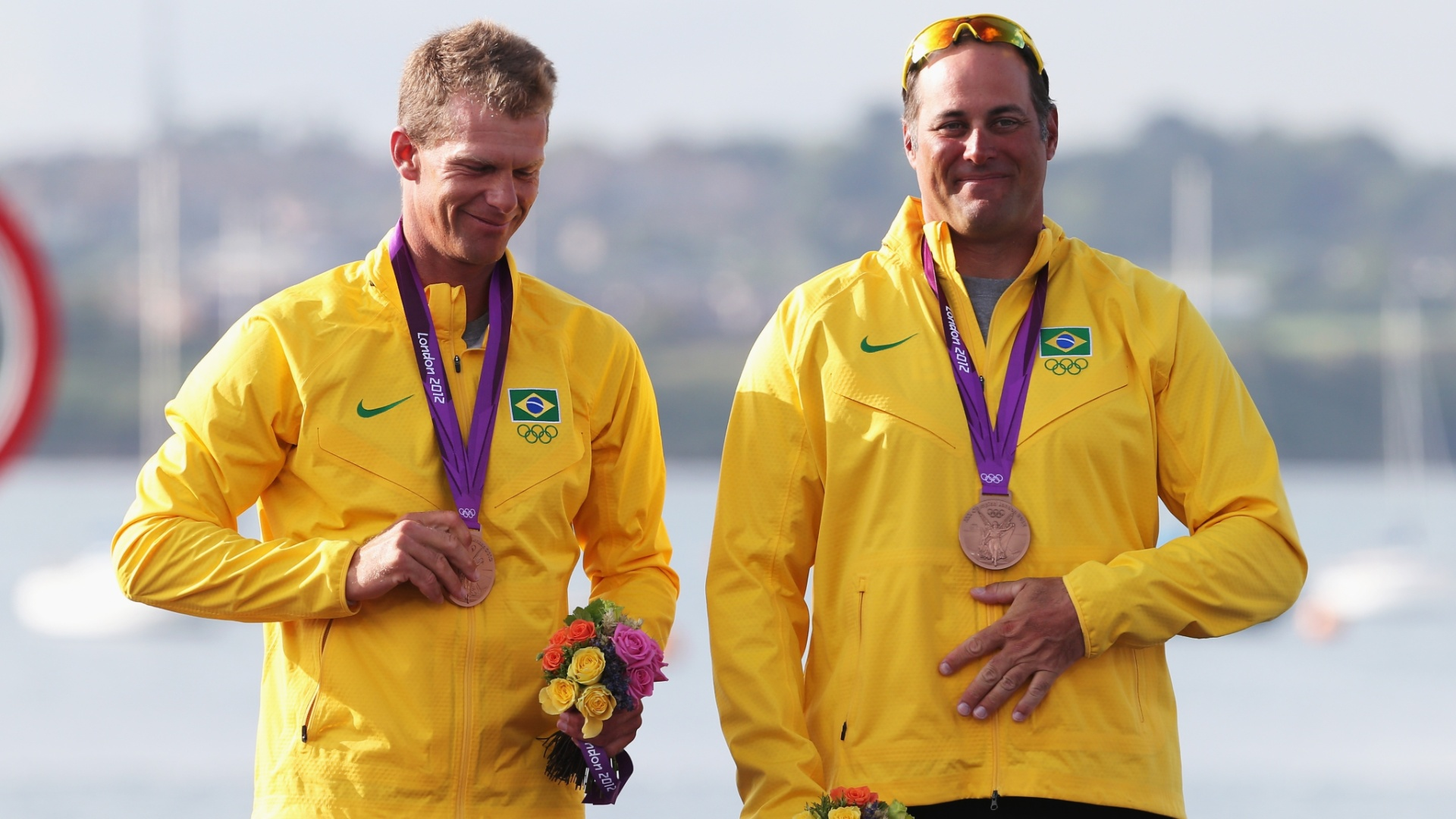 Os velejadores Robert Scheidt e Bruno Prada exibem a medalha de bronze conquistada na classe Star nos Jogos Olímpicos de Londres
