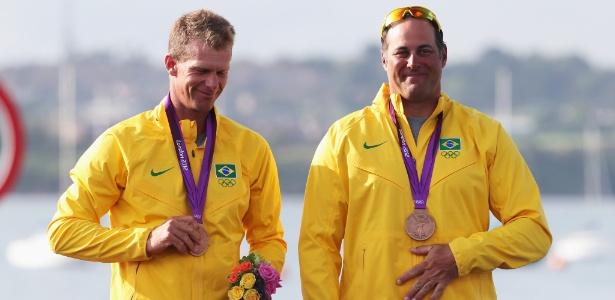Scheidt, ao lado de seu parceiro Bruno Prada, exibe a medalha de bronze conquistada em Londres