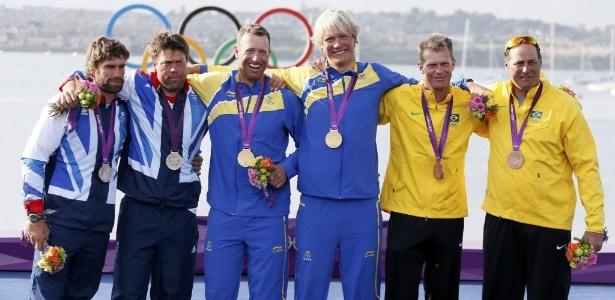 Scheidt e Prada exibem a medalha de bronze da vela, ao lado de suecos (ouro) e britânicos (prata)