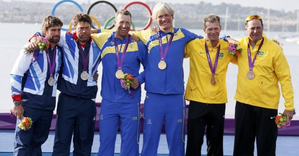 Robert Scheidt e Bruno Prada exibem a medalha de bronze da vela, ao lado de suecos (ouro) e britânicos (prata)