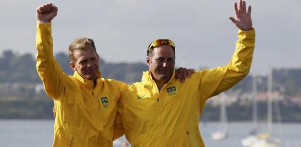 Robert Scheidt e Bruno Prada sorriem ao serem anunciados no pódio, após a conquista do bronze
