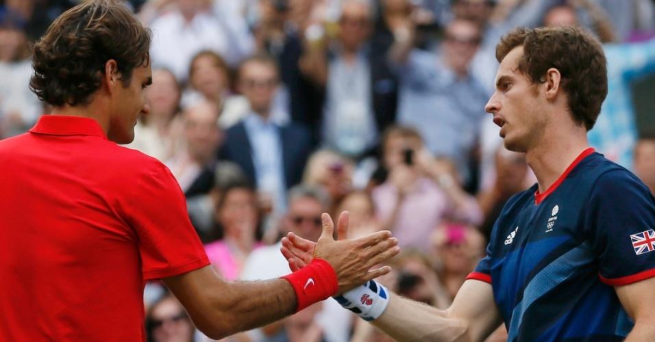 Roger Federer cumprimenta Andy Murray após vitória do britânico na final dos Jogos Olímpicos