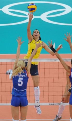 Sheilla, oposto da seleção brasileira, ataca contra o bloqueio duplo da Sérvia