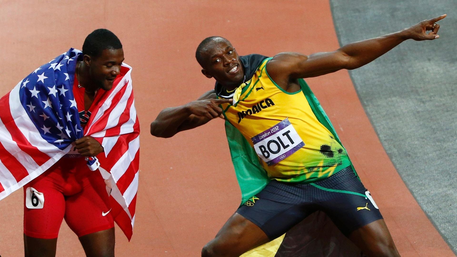 Sob olhar de Justin Gatlin, Usain Bolt faz gesto da vitória após conquistar a medalha de ouro nos 100 m rasos