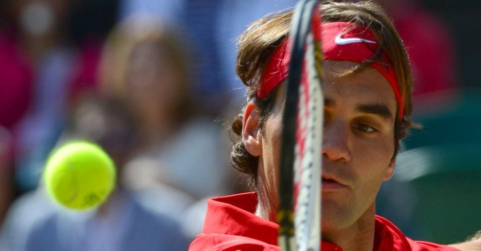 Suíço Roger Federer devolve a bola durante a final dos Jogos Olímpicos do tênis