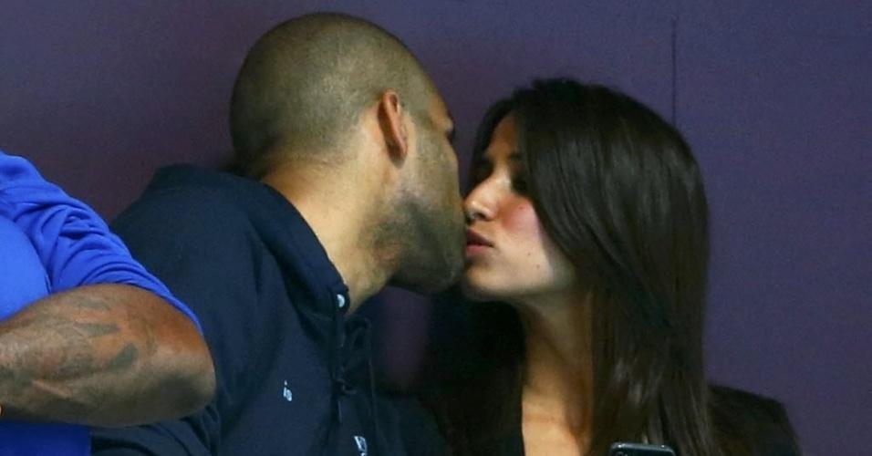 Tony Parker, jogador da seleção francesa de basquete, acompanha jogo de handebol ao lado da namorada (04/08/2012)