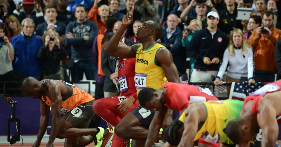 Usain Bolt aponta para o céu antes de disputar final olímpica dos 100 m rasos
