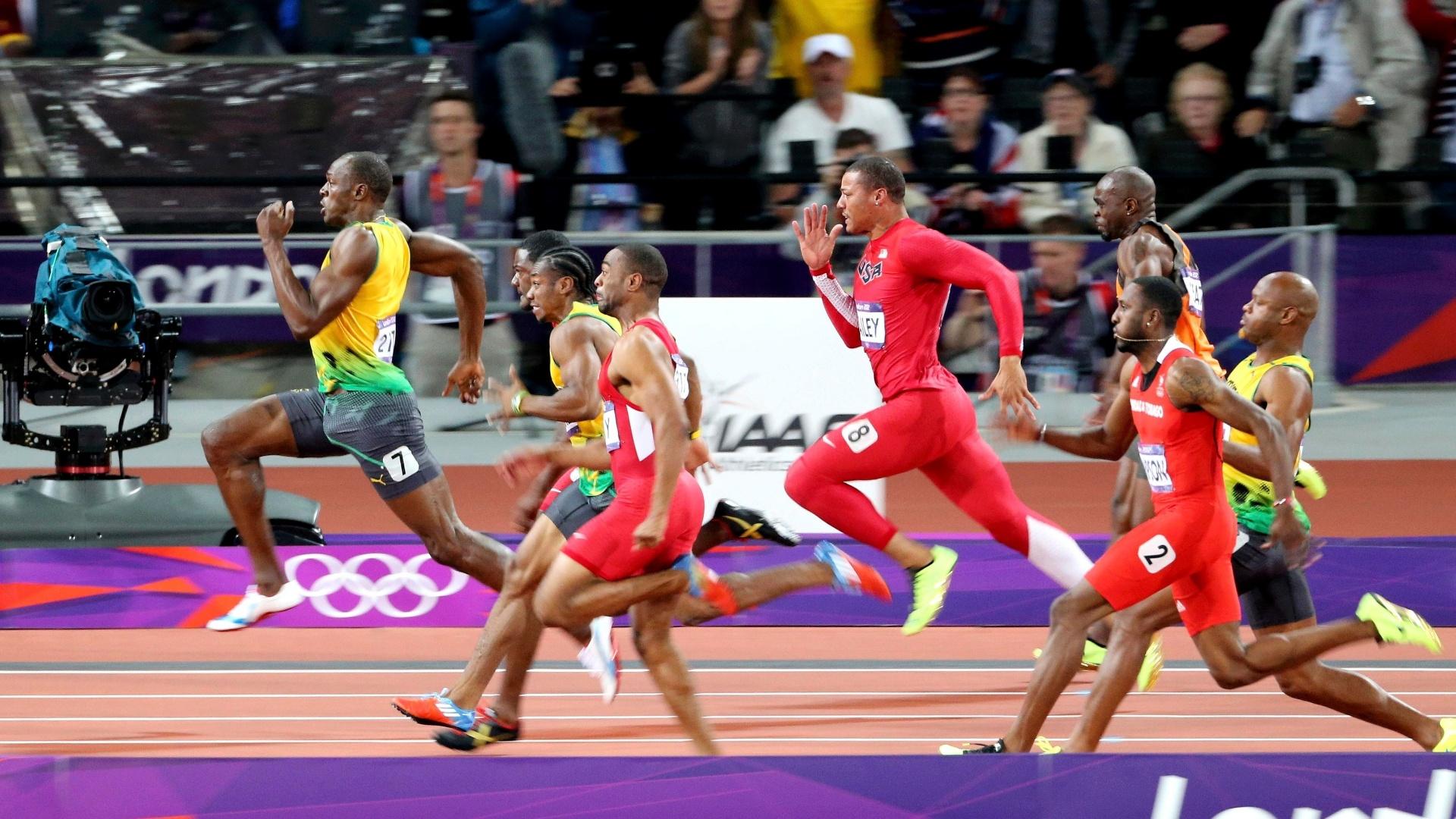 Usain Bolt corre para vencer a final olímpica dos 100 m rasos