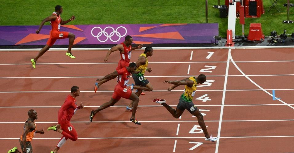 Usain Bolt cruza a linha de chegada para se tornar bicampeão olímpico dos 100 m rasos