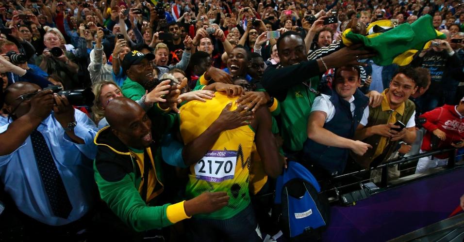 Usain Bolt é cercado por fãs após conquistar o bicampeonato olímpico nos 100 m rasos