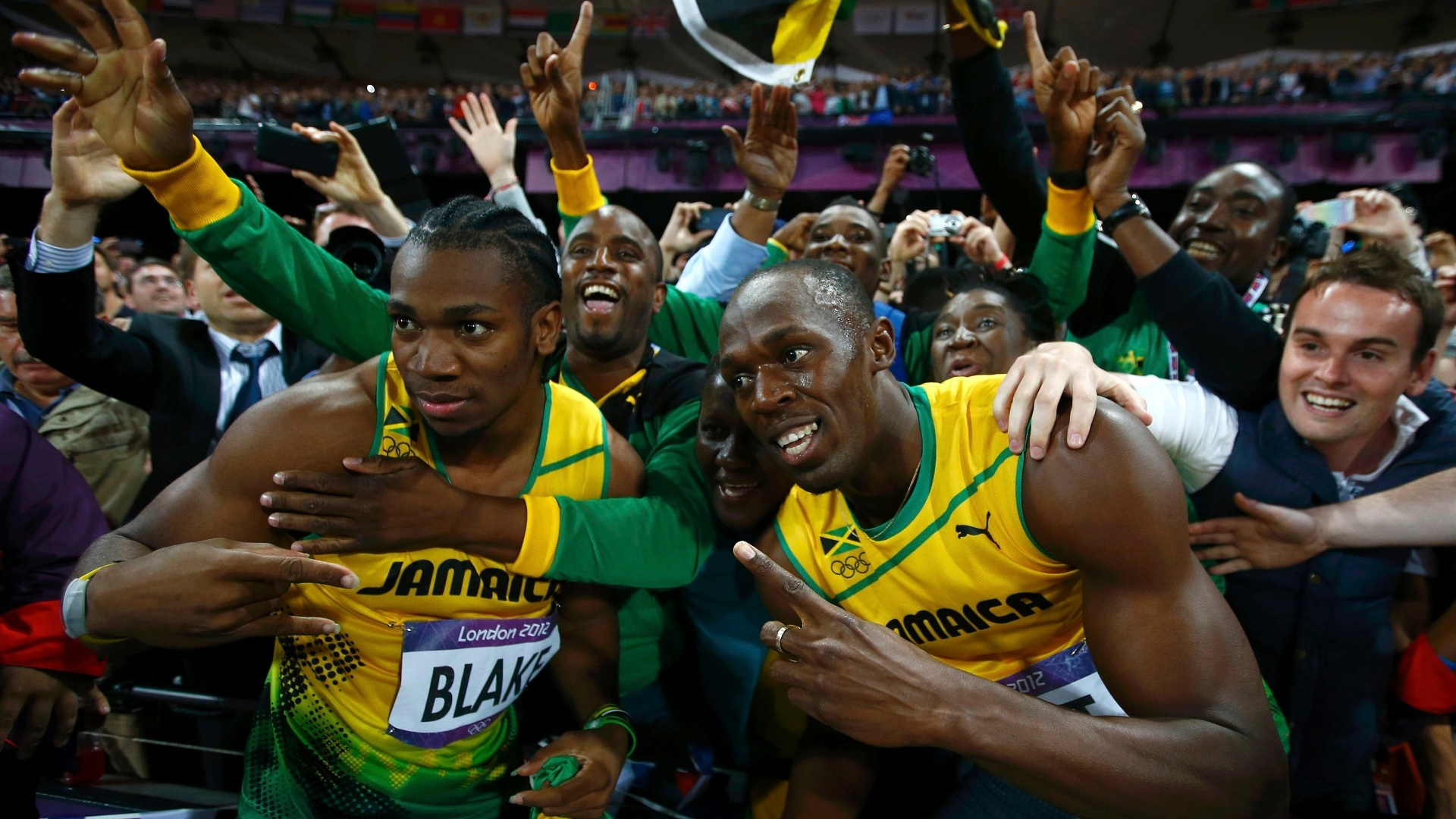 Usain Bolt e Yohan Blake fazem pose após final olímpica dos 100 m rasos