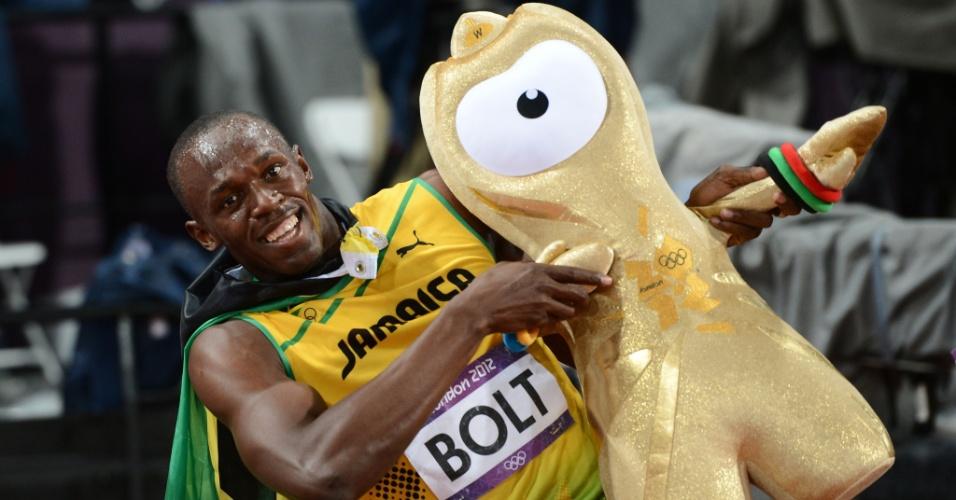 Usain Bolt posa com mascote olímpico Wenlock após conquistar a medalha de ouro nos 100 m rasos