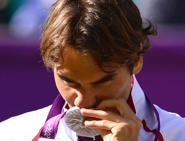 Vice-campeão em Londres, Federer beijou medalha de prata após derrota para Andy Murray