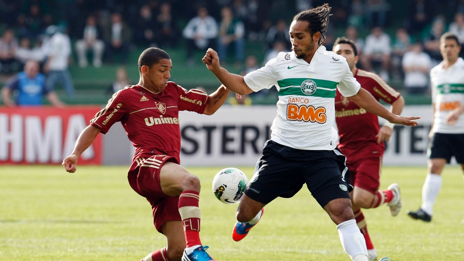 Wallace, do Fluminense, tenta roubar bola de Everton Costa, do Coritiba