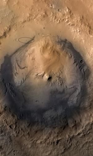 6.ago.2012 - A foto mostra, delineado com um círculo preto, o local de pouso do jipe-robô 'Curiosity' nas proximidades da cratera de Gale