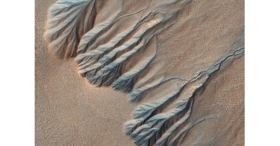 6.ago.2012 - A imagem aérea se assemelha a veias e artérias. Os cientistas acreditam que a paisagem pode ter sido criada por água em estado líquido há milhões de anos atrás, quando o planeta era mais quente e úmido