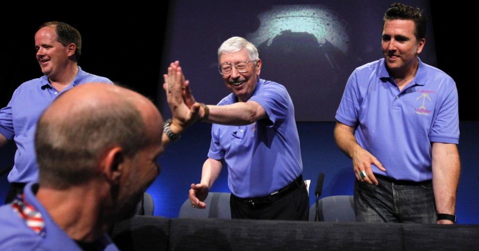6.ago.2012 - Gestores da missão para Marte, Richard Cook, Pete Theisinger e Adam Steltzner felicitam membros da equipe após o pouso do robô Curiosity em uma cratera de Marte. O veículo deve executar a primeira fase de sua missão em 98 semanas, mas a expectativa é que continue suas pesquisas por cerca de uma década