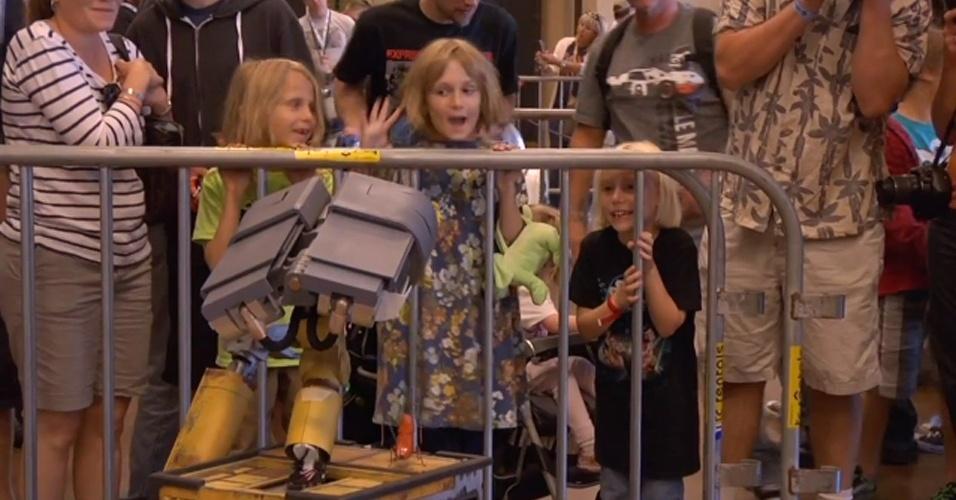 6.ago.2012 - O americano Mike Senna, um aficionado por robótica, criou uma versão do famoso (e simpático) WALL-E, personagem do filme homônimo da Pixar, lançado em 2009. O inventor gastou mais de 3.800 horas para criar uma a réplica feita à mão do robozinho, com peças recicladas do lixo. O WALL-E é controlado por um joystick e não é a primeira ''obra prima'' de Senna, que já criou uma réplica do R2-D2, da saga Guerra nas Estrelas