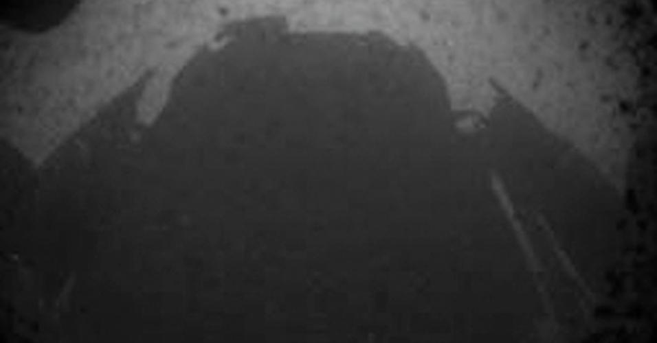 6.ago.2012 - Uma das primeiras imagens enviados pelo jipe-robô Curiosity mostra a sombra do veículo sobre Marte, nesta segunda-feira (6)