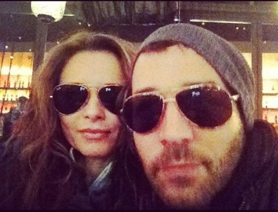 """A atriz Rita Guedes postou foto com o ator americano Jeremy Piven, em seu Instagram, nesta segunda-feira (6). """"Eu e Jeremy Piven in LA, depois da malhação.... Um cafezinho para esquentar"""" , escreveu ela na legenda"""