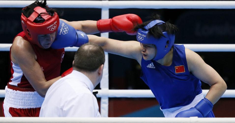 A chinesa acerta golpe de direita na canadense Mary Spencer, em combate válido pelas quartas de final do peso médio